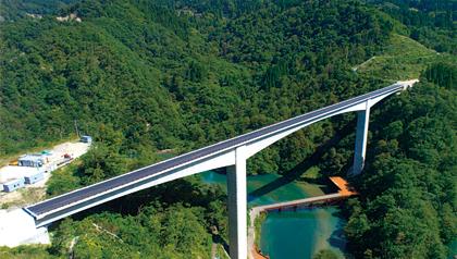 利賀湖面橋